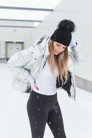 Как и с чем носить: серебряная куртка-пуховик, белая водолазка, черные леггинсы, черная шапка