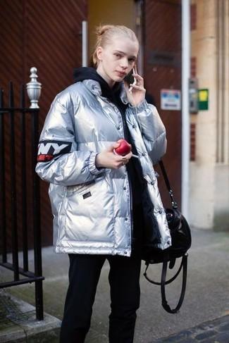 Как и с чем носить: серебряная куртка-пуховик, черный худи, черные спортивные штаны, черная кожаная большая сумка
