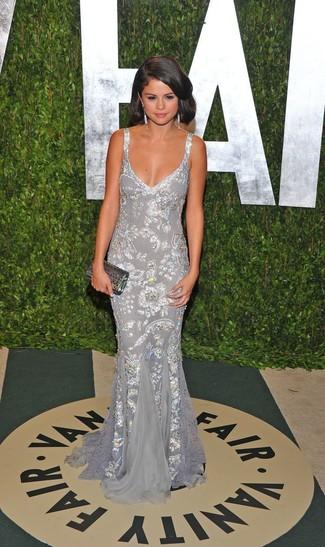 Как Selena Gomez носит Серебряное вечернее платье с пайетками, Серебряный клатч с пайетками