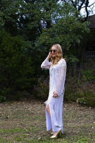 Как и с чем носить: серебряное платье-макси с пайетками, золотые босоножки на каблуке с пайетками, черно-золотые солнцезащитные очки с украшением