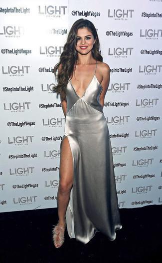 Как Selena Gomez носит Серебряное платье-макси с разрезом, Серые меховые босоножки на каблуке
