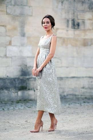 Как и с чем носить: серебряное платье-миди, светло-коричневые кожаные туфли, серебряный клатч, прозрачное кольцо