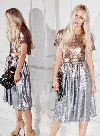 Серебряное платье-миди с пайетками — хорошая идея для простого, но стильного образа. Выбирая обувь, сделай ставку на элегантность и надень золотые кожаные босоножки на каблуке. Не стоит сбрасывать со счетов такой образ, особенно в знойный летний день.