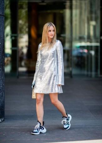 Как и с чем носить: серебряное платье прямого кроя, синие кроссовки, бежевый кожаный стеганый клатч