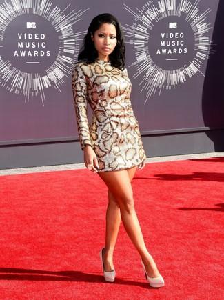 Как и с чем носить: серебряное платье прямого кроя с леопардовым принтом, белые кожаные туфли