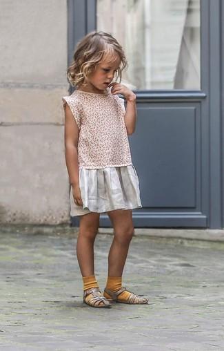 Как и с чем носить: серебряное платье, серебряные босоножки, горчичные носки