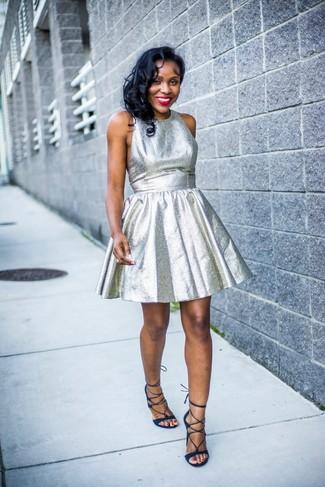 Как и с чем носить: серебряное платье с пышной юбкой, темно-синие замшевые гладиаторы