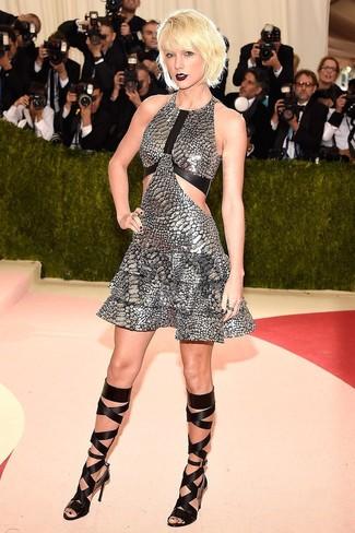 Как Taylor Swift носит Серебряное платье с пышной юбкой, Черные кожаные высокие гладиаторы