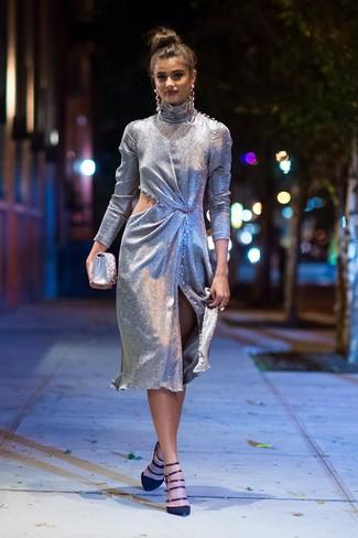 Как и с чем носить: серебряное платье-футляр с вырезом, черные замшевые туфли, серебряный сатиновый клатч с украшением, серебряные серьги