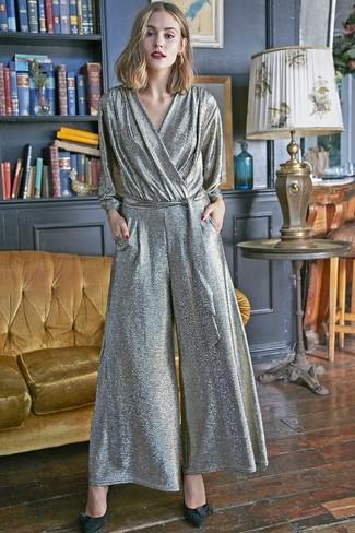 Как и с чем носить: серебряный комбинезон, черные замшевые туфли, золотые серьги