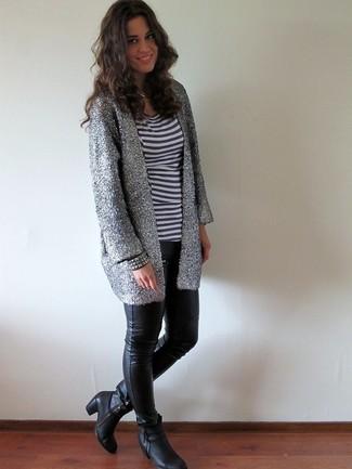 Как и с чем носить: серебряный открытый кардиган, бело-темно-синяя футболка с круглым вырезом в горизонтальную полоску, черные кожаные узкие брюки, черные кожаные ботильоны