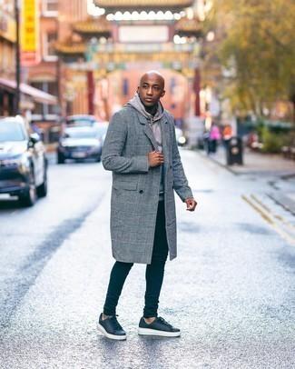 Мужские луки: Лук из серого длинного пальто в шотландскую клетку и бежевого худи поможет выглядеть аккуратно, но при этом подчеркнуть твой личный стиль.