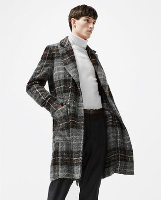 Как и с чем носить: серое длинное пальто в шотландскую клетку, белая водолазка, черные шерстяные классические брюки, темно-коричневый кожаный ремень