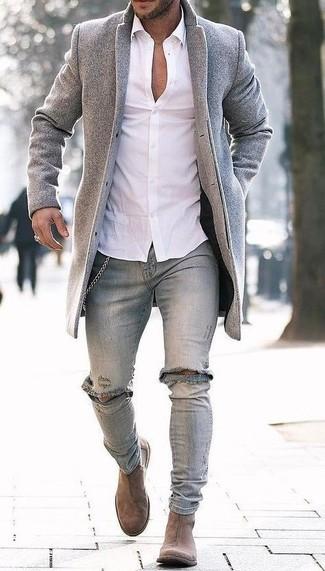 Как и с чем носить: серое длинное пальто, белая классическая рубашка, серые рваные зауженные джинсы, светло-коричневые замшевые ботинки челси