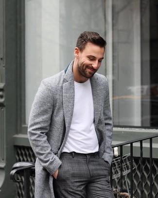 Как и с чем носить: серое длинное пальто, белая футболка с круглым вырезом, темно-серые классические брюки в шотландскую клетку