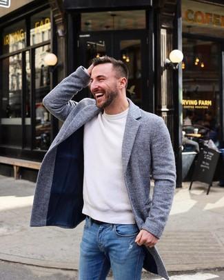 Как и с чем носить: серое длинное пальто, белый свитер с круглым вырезом, синие рваные зауженные джинсы