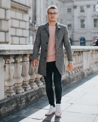 Как и с чем носить: серое длинное пальто, розовый свитер с круглым вырезом, темно-синие зауженные джинсы, белые низкие кеды