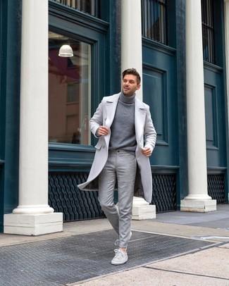 Как и с чем носить: серое длинное пальто, серая водолазка, серые шерстяные классические брюки, серые замшевые низкие кеды