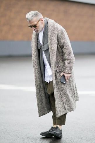 """Как Nick Wooster носит Серое длинное пальто с узором """"в ёлочку"""", Серый кардиган с отложным воротником, Белая классическая рубашка, Оливковые брюки чинос"""