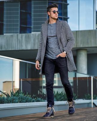 """Темно-синие кожаные повседневные ботинки: с чем носить и как сочетать мужчине: Если ты принадлежишь к той немногочисленной категории молодых людей, которые каждый день одеваются безукоризненно стильно, тебе подойдет тандем серого длинного пальто с узором """"в ёлочку"""" и черных джинсов. Вместе с этим образом стильно смотрятся темно-синие кожаные повседневные ботинки."""