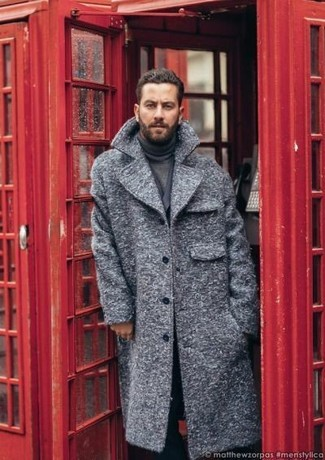 Как и с чем носить: серое длинное пальто, темно-серый двубортный пиджак, темно-серая водолазка, черные классические брюки