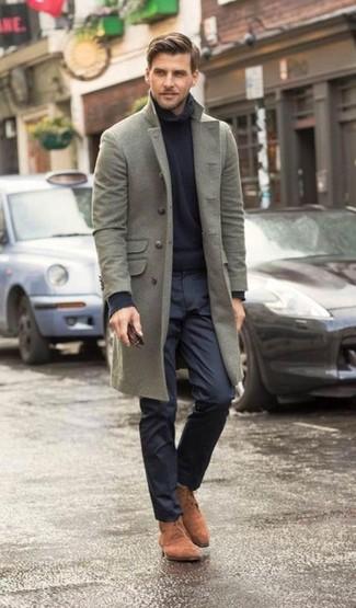 Как и с чем носить: серое длинное пальто, темно-синяя водолазка, темно-синие классические брюки, коричневые замшевые ботинки дезерты
