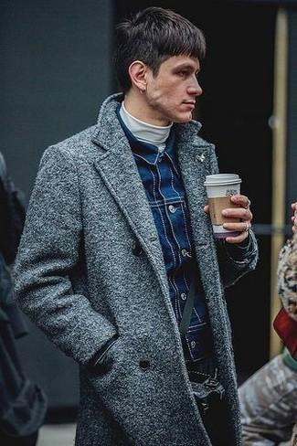 Как и с чем носить: серое длинное пальто, темно-синяя джинсовая куртка, белая водолазка