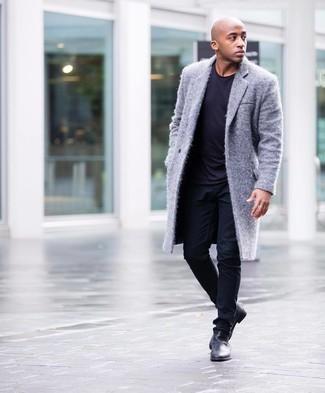 Мужские луки: Серое длинное пальто будет смотреться отлично в тандеме с темно-синей футболкой с круглым вырезом. Хочешь сделать лук немного элегантнее? Тогда в качестве обуви к этому образу, стоит выбрать черные кожаные ботинки челси.