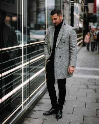 """Как и с чем носить: серое длинное пальто с узором """"в ёлочку"""", черная водолазка, черные брюки чинос, черные кожаные ботинки челси"""
