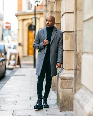 Мужские луки: Серое длинное пальто в сочетании с черными зауженными джинсами продолжает импонировать молодым людям, которые любят одеваться со вкусом. Черные кожаные повседневные ботинки станут отличным завершением твоего ансамбля.