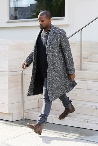 """Как Kanye West носит Серое длинное пальто с узором """"в ёлочку"""", Черная футболка с круглым вырезом, Серые джинсы, Коричневые замшевые ботинки челси"""