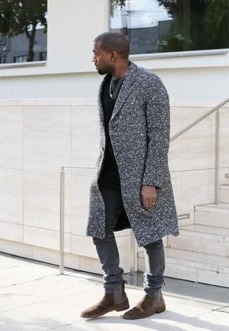 Как Kanye West носит Серое длинное пальто, Черная футболка с круглым вырезом, Серые зауженные джинсы, Темно-коричневые замшевые ботинки челси