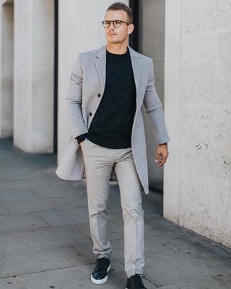 Как и с чем носить: серое длинное пальто, черный свитер с круглым вырезом, серые классические брюки, черные кожаные низкие кеды