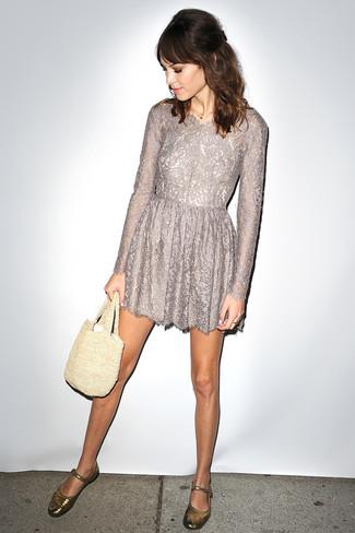 Как и с чем носить: серое кружевное платье с пышной юбкой, золотые кожаные балетки, бежевая большая сумка крючком