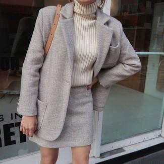 Как и с чем носить: серое пальто, бежевая вязаная водолазка, серая шерстяная мини-юбка, светло-коричневая кожаная сумка через плечо