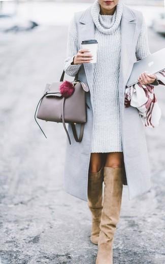 Модный лук: Серое пальто без рукавов, Серое вязаное платье-свитер, Светло-коричневые замшевые ботфорты, Серая кожаная большая сумка