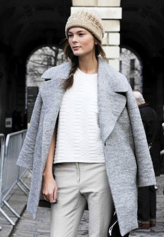 серое пальто белая футболка с круглым вырезом серые узкие брюки бежевая шапка large 1216