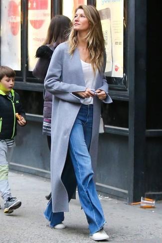 Как и с чем носить: серое пальто, белая футболка с круглым вырезом, синие джинсы-клеш, белые низкие кеды