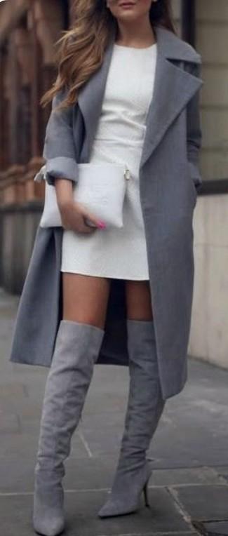 Как и с чем носить: серое пальто, белое платье-футляр, серые замшевые ботфорты, белый кожаный клатч