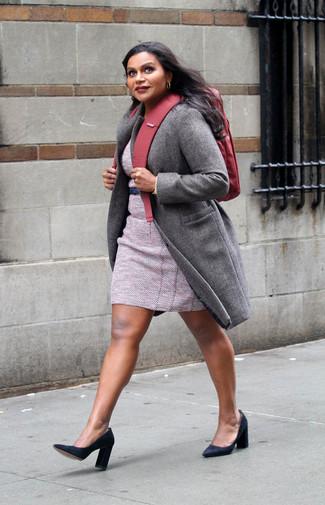 Как и с чем носить: серое пальто, розовое твидовое платье-футляр, черные замшевые туфли, красный рюкзак из плотной ткани