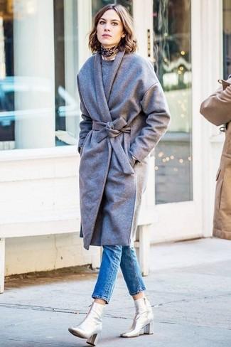 Как и с чем носить: серое пальто, серый свитер с круглым вырезом, синие джинсы скинни, серебряные кожаные ботильоны