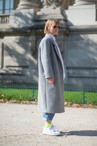 Как и с чем носить: серое пальто, синие джинсы-бойфренды, белые кроссовки, зелено-желтые носки