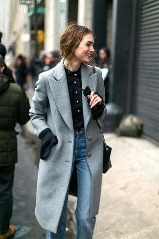 Как и с чем носить: серое пальто, черная блузка с длинным рукавом, голубые джинсы-клеш, черная кожаная сумка через плечо