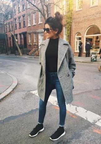 Как и с чем носить: серое пальто, черная водолазка, темно-синие джинсы скинни, черно-белые кроссовки