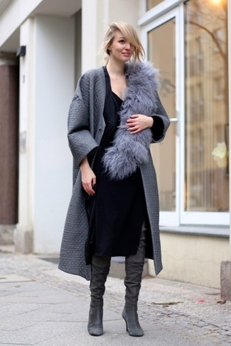 Модный лук: Серое пальто, Черное платье-футляр, Серые замшевые ботфорты, Серый меховой шарф