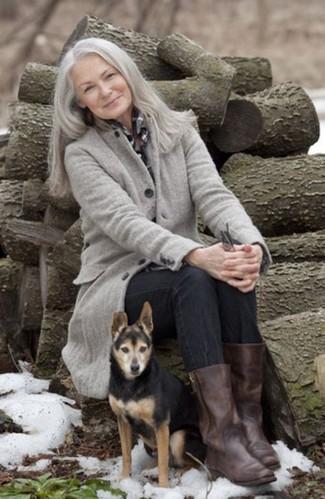 Модные женские луки 2020 фото: Сочетание серого пальто и черных джинсов смотрится очень классно и современно. Пара темно-коричневых кожаных полусапог великолепно подойдет к остальным составляющим ансамбля.