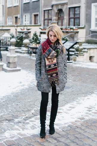 Модный лук: Серое пальто, Черные леггинсы, Черные замшевые сапоги, Разноцветный шарф с принтом
