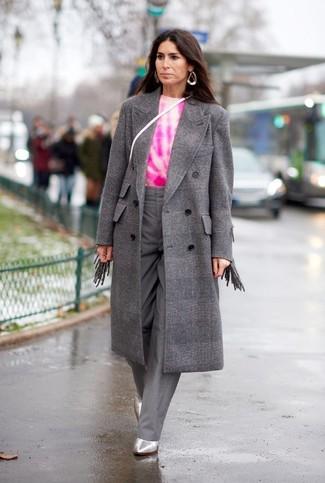 Как и с чем носить: серое пальто в клетку, ярко-розовый свитер с круглым вырезом c принтом тай-дай, серые широкие брюки, серебряные кожаные ботильоны