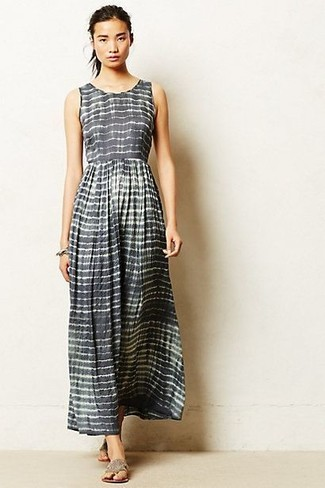 Как и с чем носить: серое платье-макси в горизонтальную полоску, серые вьетнамки