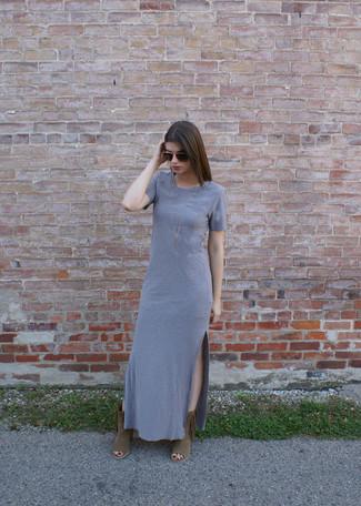 Как и с чем носить: серое платье-макси, коричневые замшевые ботильоны c бахромой, темно-коричневые солнцезащитные очки, золотое колье